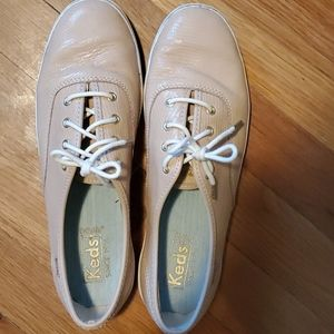 Adorable beige, textured, gold rivets Keds